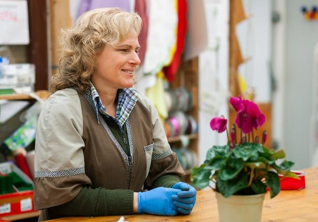 Florist mit berufskleidung in einem geschäft