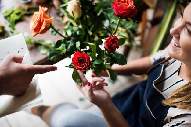 Florist mit einem strauß rosen.