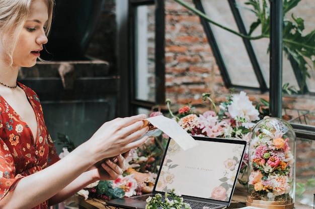 Florist mit laptop-bildschirm bei der arbeit