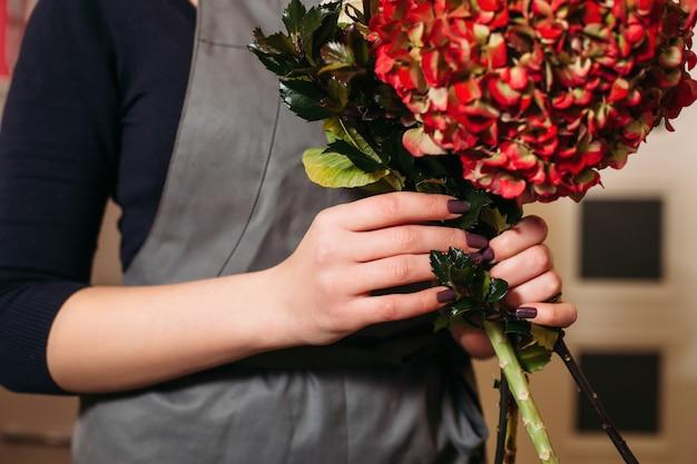 Florist mit schönem blumenstrauß