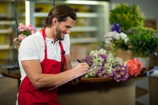 Florist schreibt in die zwischenablage