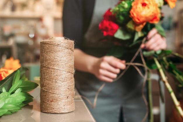 Floristenarbeit im blumenladen.