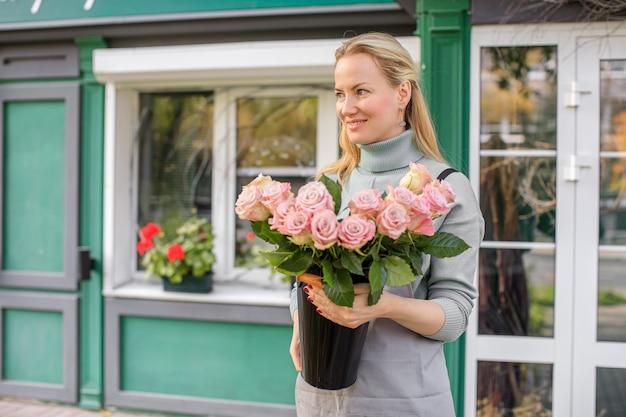 Floristikkonzept. strauß schöner blumen. frühlingsfarben. die arbeit des floristen in einem blumenladen