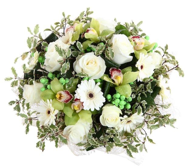 Floristische komposition aus weißen rosen, weißen gerbera und orchideen. blumenkompositionen, blumenstrauß entwerfen, blumenarrangement.