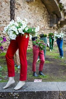 Floristische kunststräuße auf schaufensterpuppen beim girona flower festival tiempo de flores