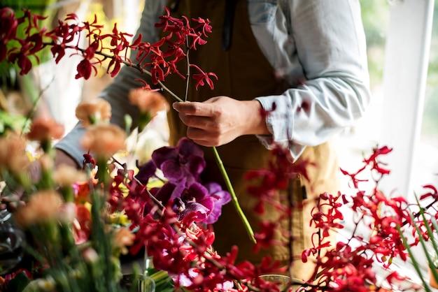 Flowerist, der in der blumenladenweinleseart arbeitet