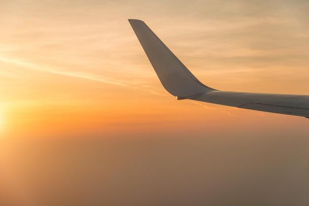Flügel des flugzeuges im sonnenuntergang