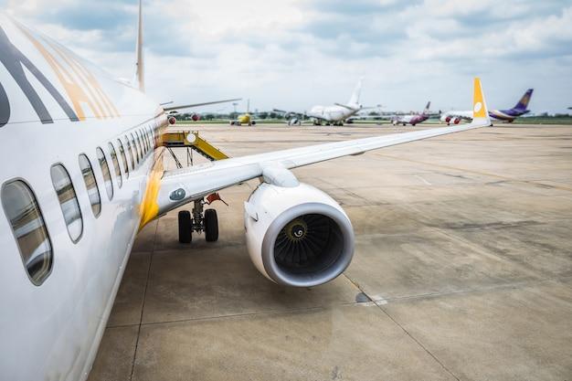 Flügel des flugzeugturbinendetails über flughafen im feldbereitschaft oder wartepassagier.