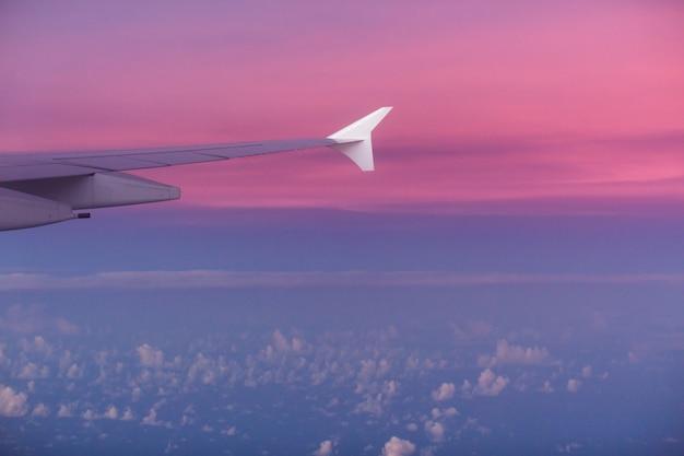 Flügel eines flugzeugs im sonnenuntergang