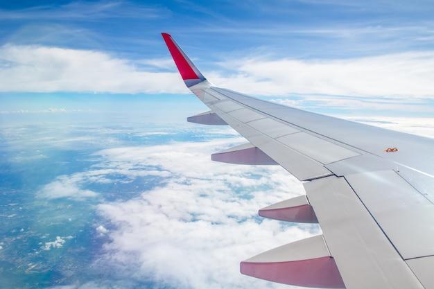 Flügelflugzeug mit weißem bewölktem und blauem himmel,