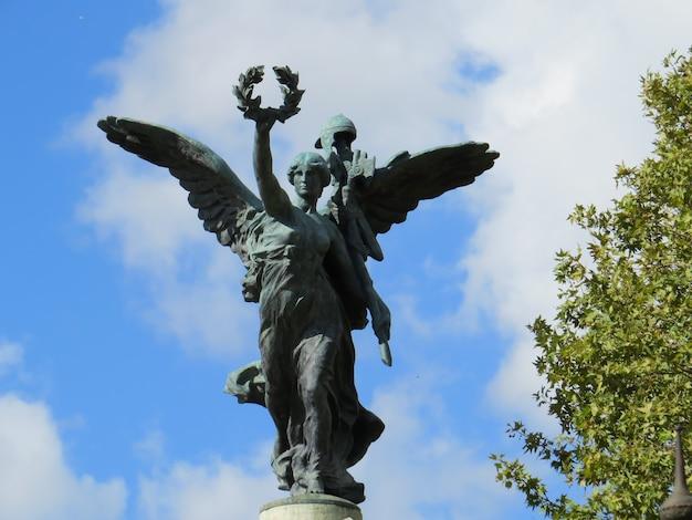 Flügelskulptur auf der dreibogigen römerbrücke zu ehren von victor emmanuel ii