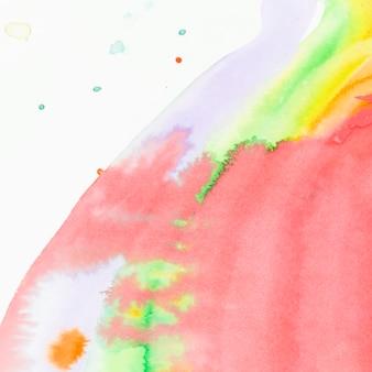 Flüssige beschaffenheit des roten aquarells auf weißem hintergrund