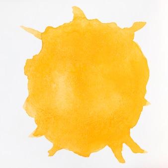 Flüssige orange des aquarells spritzt auf weißem hintergrund