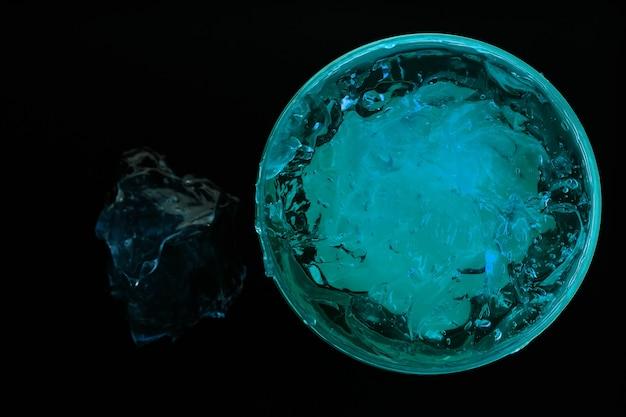 Flüssiger gelkosmetikfleck kühles blau
