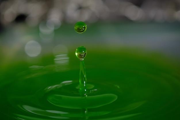 Flüssiger tropfen, wasser spritzt, schönes wasser mit wasser lässt hintergrund fallen.
