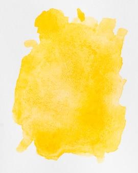 Flüssiges gelb des aquarells spritzt auf weißem hintergrund