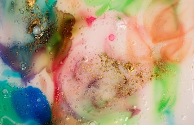 Flüssiges glas des abstrakten bunten aquarellhintergrundes mit blasen und goldstaub