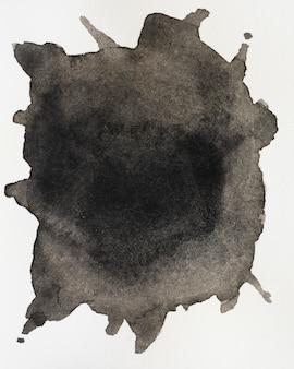 Flüssiges schwarzes des aquarells spritzt auf weißem hintergrund