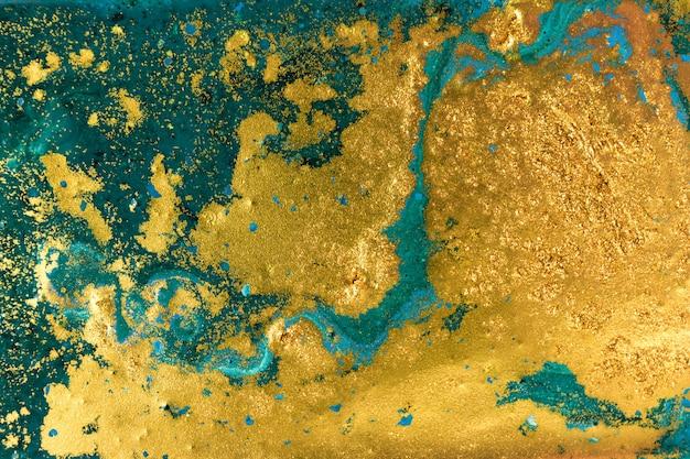 Flüssiges ungleichmäßiges blaues und grünes marmormuster mit goldenem funkeln