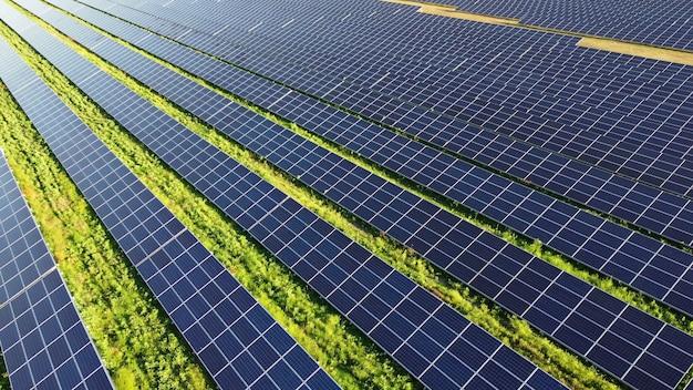 Flug mit drohnenansicht über solarkraftwerkspanels