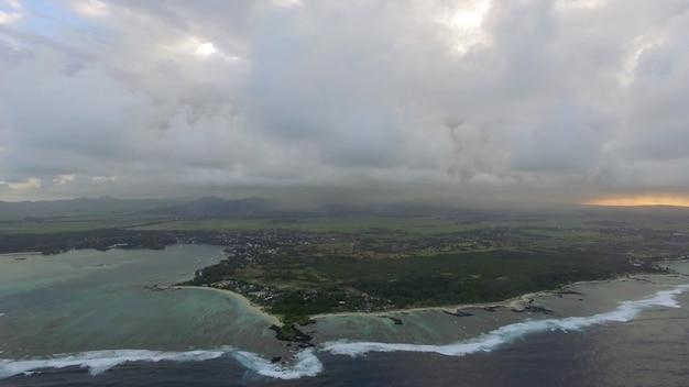 Flug über mauritius mit seinen blauen lagunen