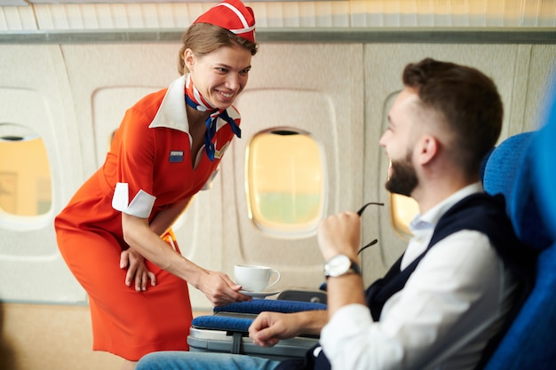 Flugbegleiter bei der arbeit