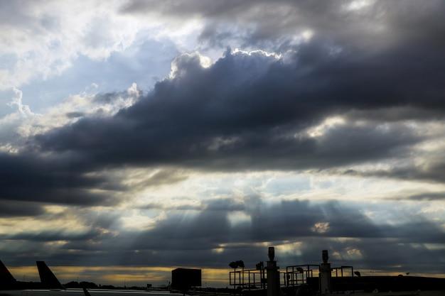 Flughafen am bunten sonnenuntergang der luftbrücke für die vorbereitung, um mit dem flugzeug zu verbinden