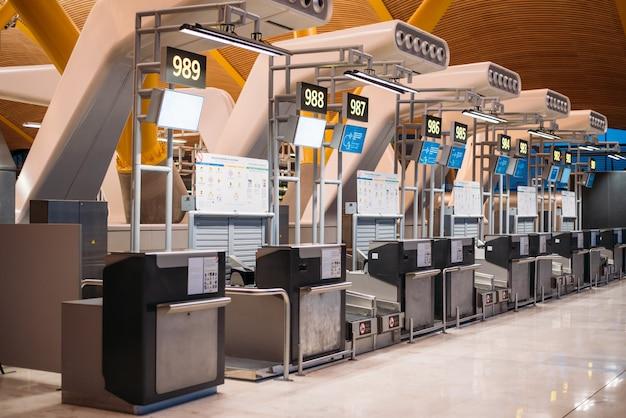 Flughafen im terminal und check-in-schalter