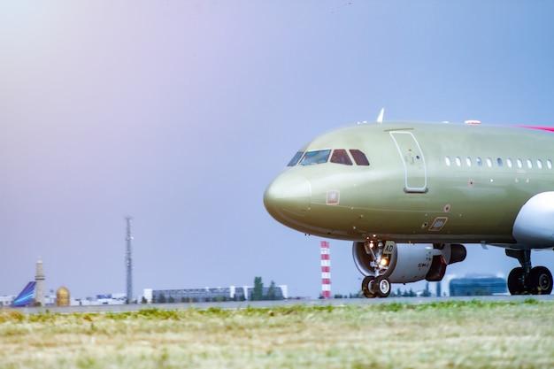 Flughafen mit flugzeug am schönen sonnenuntergang - bild