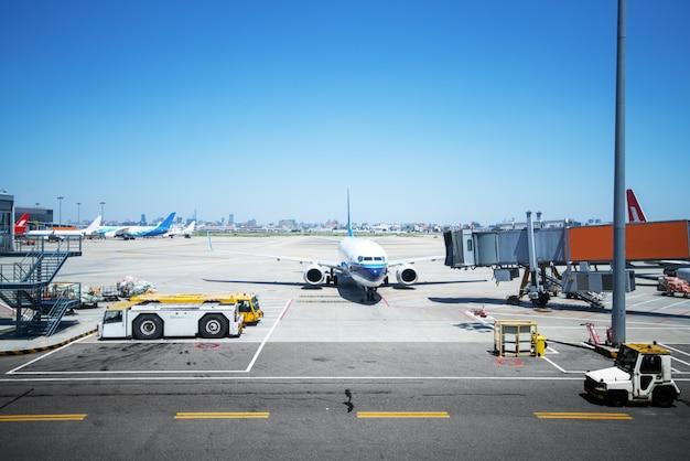 Flughafen mit vielen flugzeugen bei schönem sonnenuntergang