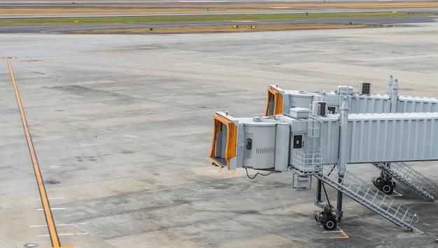 Flughafen-terminal am flugsteig.