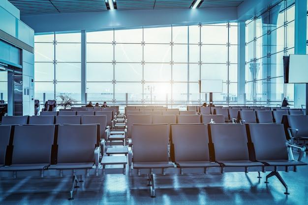 Flughafenabfertigungsgebäudeinnenraum und glasfenster