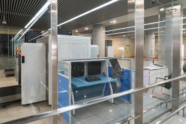 Flughafensicherheitskontrolle mit metalldetektor