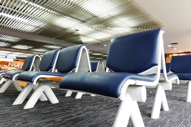 Flughafenterminal für passagiere, die auf flüge warten, um die welt mit vielen sitzplätzen zu bereisen.