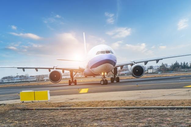 Flughafenvorfeld und passagierflugzeuge