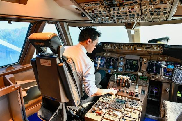 Fluglinienpiloten arbeiten im cockpit
