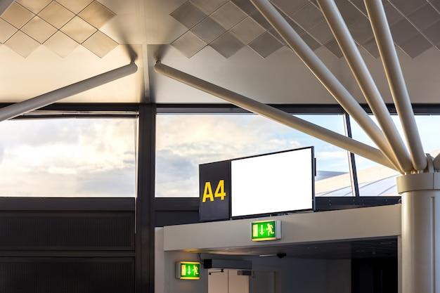 Flugsteig im abflugterminal im internationalen flughafen