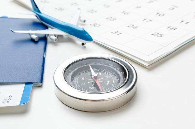Flugtickets und kompass isoliert