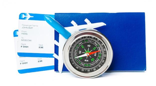 Flugtickets und kompass oben lokalisiert auf weißabschluß