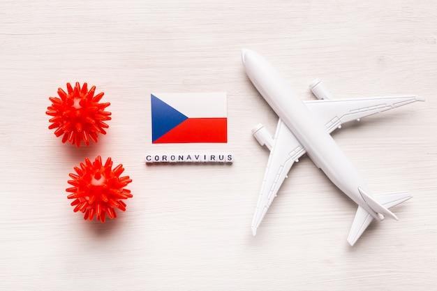Flugverbot und geschlossene grenzen für touristen und reisende mit coronavirus covid-19. flugzeug und flagge der tschechischen republik auf einem weißen hintergrund. coronavirus pandemie.