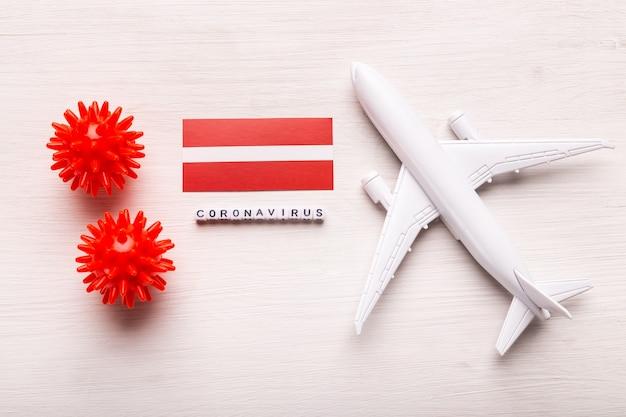 Flugverbot und geschlossene grenzen für touristen und reisende mit coronavirus covid-19. flugzeug und flagge von lettland auf einem weißen