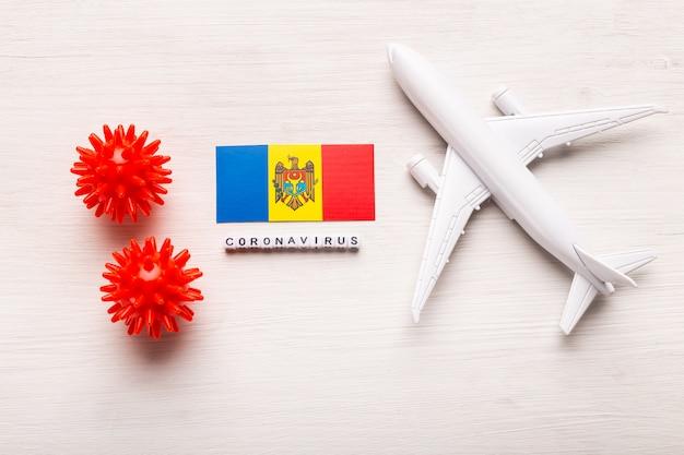 Flugverbot und geschlossene grenzen für touristen und reisende mit coronavirus covid-19. flugzeug und flagge von moldawien auf einem weißen hintergrund. coronavirus pandemie.