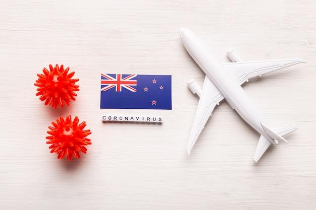 Flugverbot und geschlossene grenzen für touristen und reisende mit coronavirus covid-19. flugzeug und flagge von neuseeland auf einem weißen hintergrund. coronavirus pandemie.