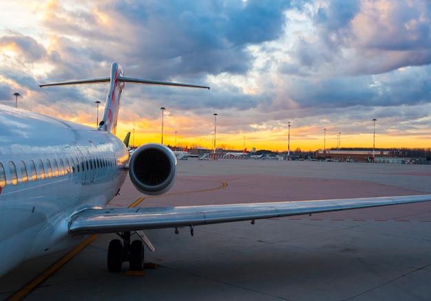 Flugzeug am abfertigungsgebäude bereit zum start