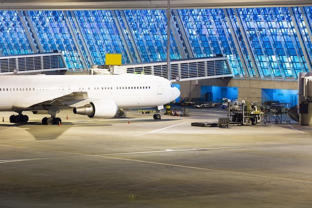 Flugzeug am flughafen in der nacht geparkt