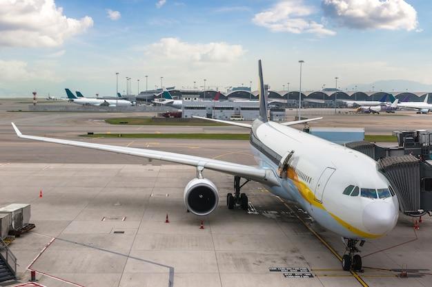 Flugzeug am internationalen flughafen hongkong