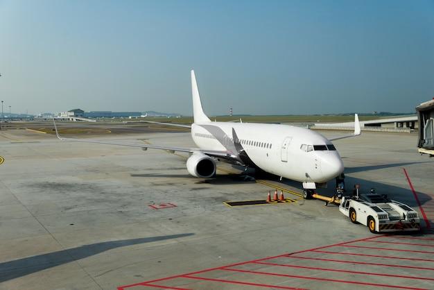 Flugzeug am terminaltor bereit zum start im modernen internationalen flughafen.