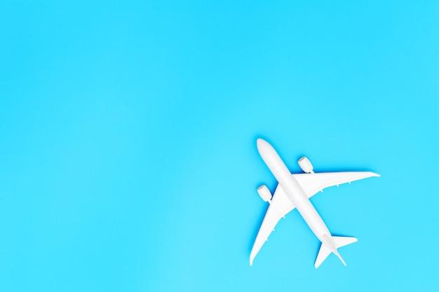 Flugzeug auf blauem pastellfarbenhintergrund