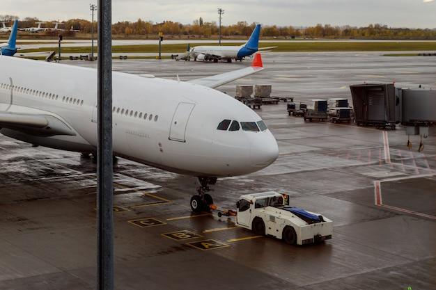 Flugzeug auf der startbahn mit einer flugzeugwartung.
