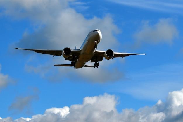 Flugzeug auf einem blauen himmel in den wolken
